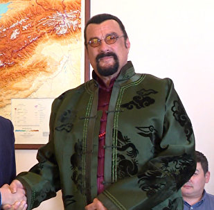 Обнялся с премьером и на селфи с прессой спрашивал: Все? — Сигал в Бишкеке