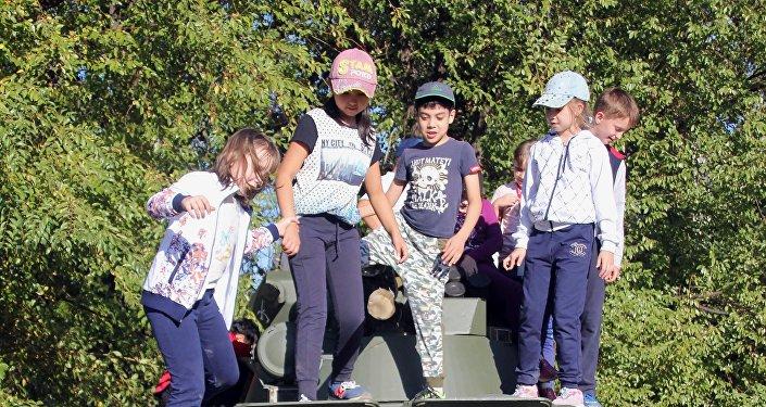Ученики школы имени Чехова посетили российскую авиабазу в Канте