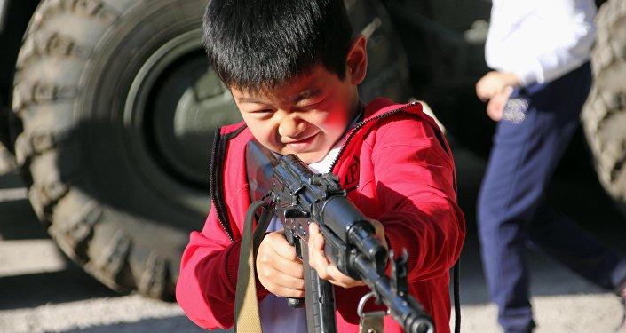 Борбор калаадагы Чехов атындагы мектептин окуучулары Канттагы ЖККУнун авиабазасын көрүштү