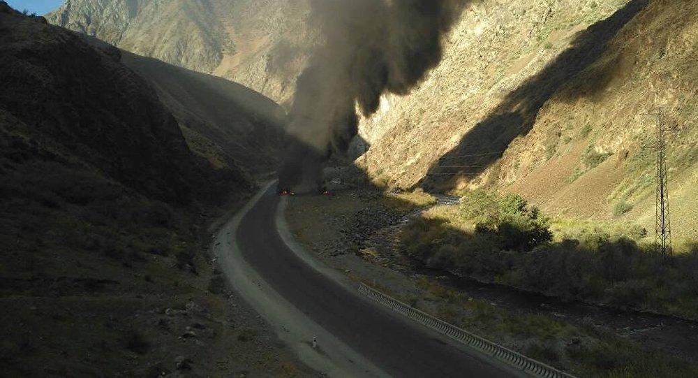 На перевале Тоо-Ашуу горит бензовоз
