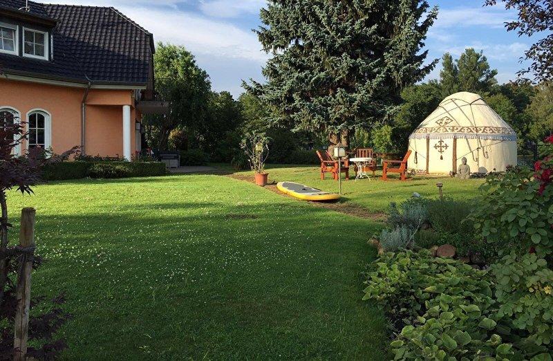 Юрта во дворе дома семьи Айзады Учугеновой в Берлине