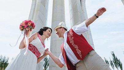Преподаватель биомедицины в Берлине, кыргызстанка Айзада Учугенова с мужем во время фотосессии