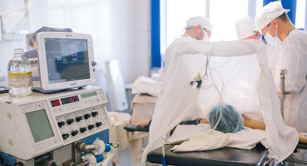 Хирурги во время операции. Архивное фото