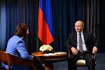Журналист Сыягуль Караман во время интервью с президентом России Владимиром Путиным
