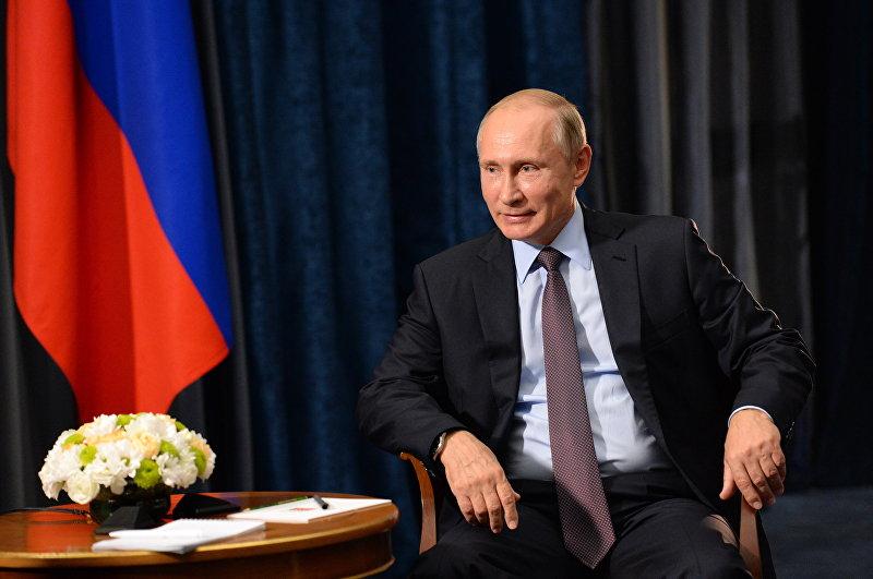 Президент России Владимир Путин во время интервью журналисту из Кыргызстана Сыягуль Караман