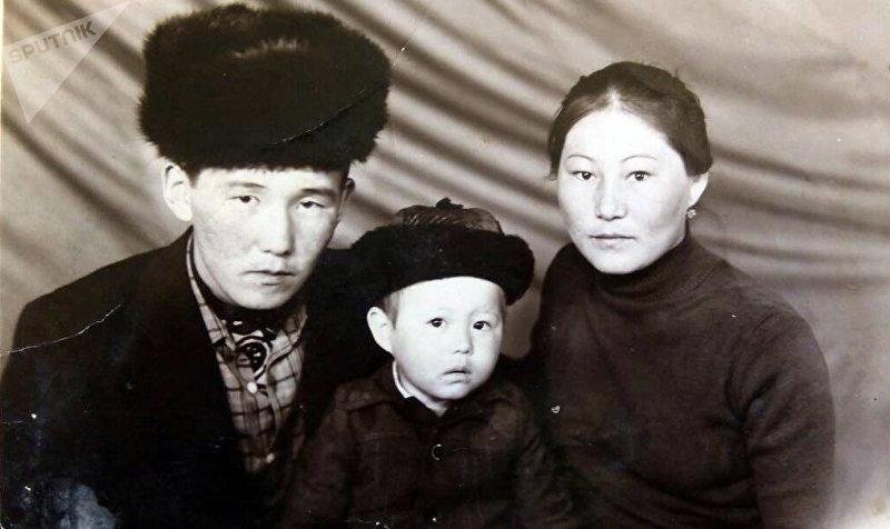 Актер театр Учур Жолдошбек Жанжигит с родителями. Архивное фото