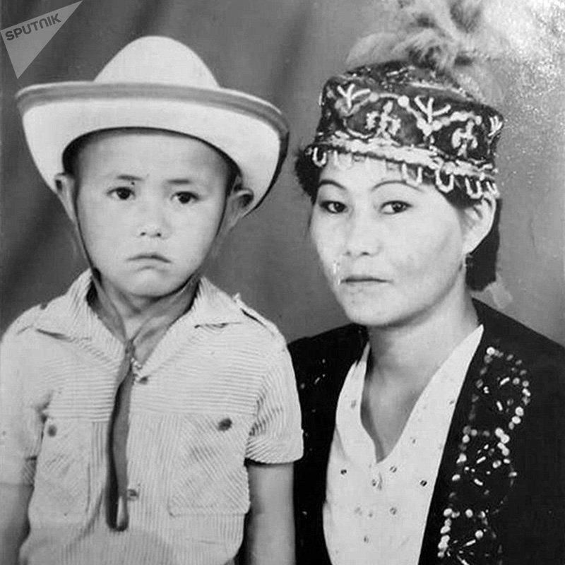 Актер театр Учур Жолдошбек Жанжигит с матерью. Архивное фото
