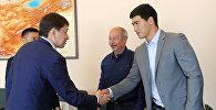 Премьер-министр Сапар Исаков встретился с известными российскими боксерами Дмитрием Биволом и Сергеем Кузьминым, прибывшими в Кыргызстан