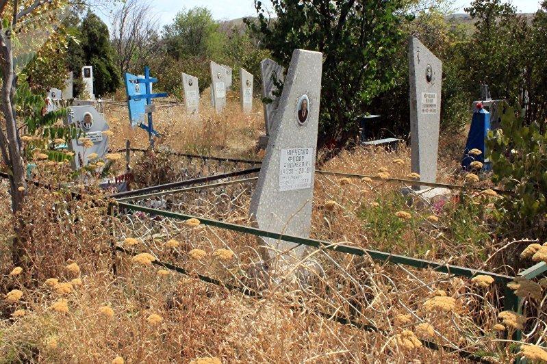 Надгробные плиты на юго-западном кладбище Бишкека