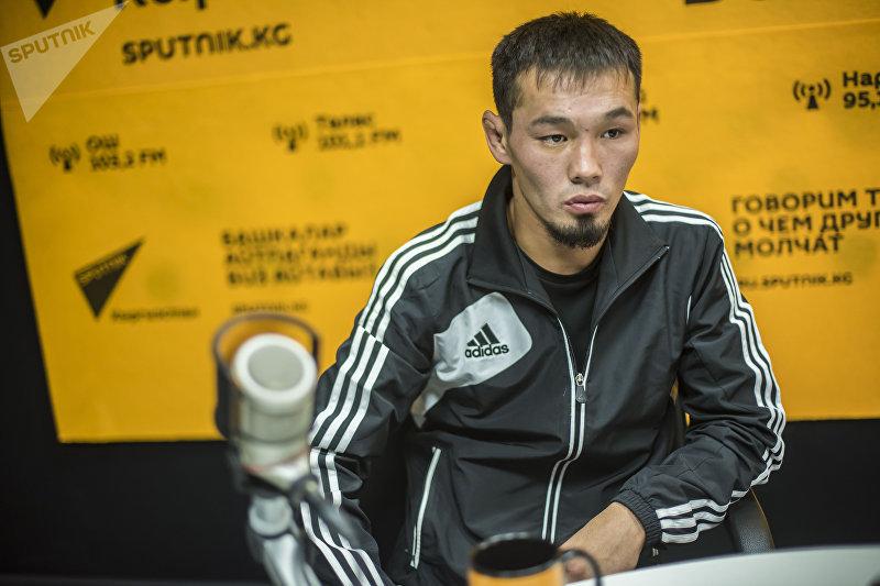 Боец смешанных единоборств Ариет Бекишев во время интервью на радио Sputnik Кыргызстан