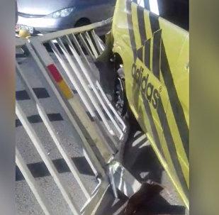Stepwgn чуть не сбил людей и врезался в ограждение — видео очевидца