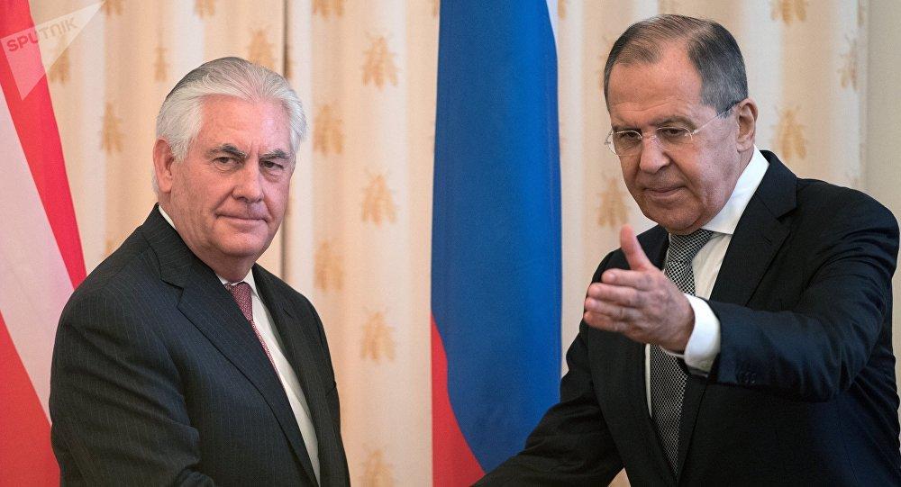 Архивное фото министра иностранных дел РФ Сергея Лаврова и Государственного секретаря США Рекса Тиллерсона (слева)