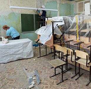 Рабочие ведут ремонт в классах школы. Архивное фото
