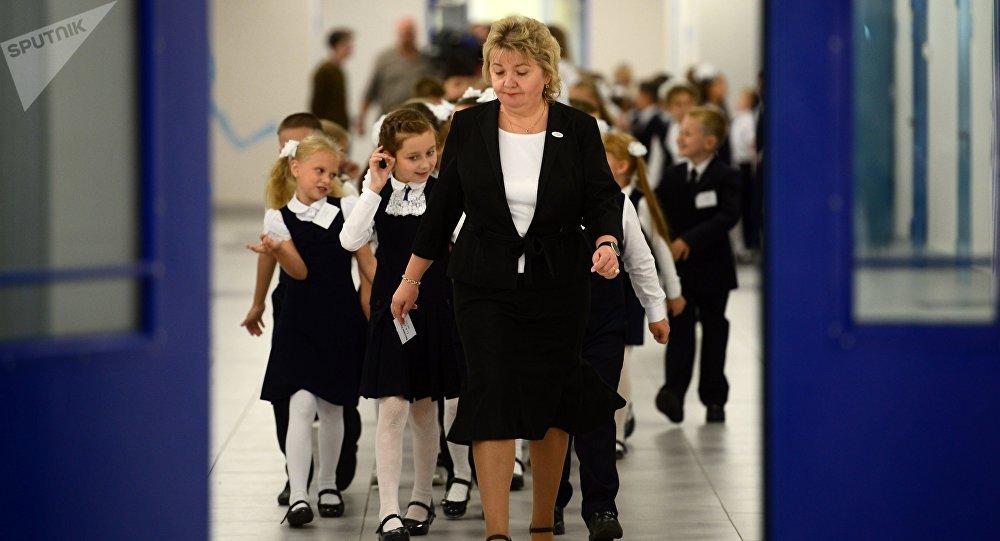 Учительница с учениками школы. Архивное фото