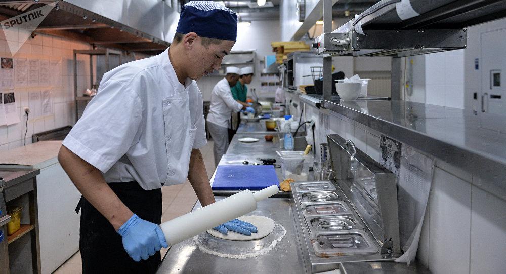 Москвадагы кафелердин биринде иштеген кыргызстандык жигит. Архивдик сүрөт