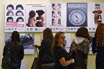 Посетители на открытии выставки социальной рекламы. Архивное фото