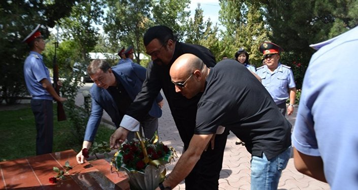 Отдав дань памяти первому генералу кыргызской милиции и возложив цветы к памятнику Эргешу Алиеву, он посетил учебный корпус и музей академии.