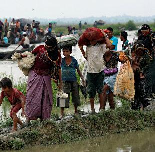 Резиденты рохинджа идут по тропинке на грнаицу Бангладеш-Мьянма, в Текнафе