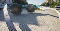 Поврежденная вандалами арт-инсталляция Очки. Точка зрения на Аллее молодежи в Бишкеке