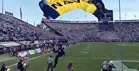 Морской котик на парашюте врезался в стену на глазах у целого стадиона