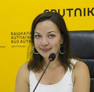 Журналист и радиоведущая Sputnik Германия Илона Пфеффер в пресс-центре Sputnik Кыргызстан