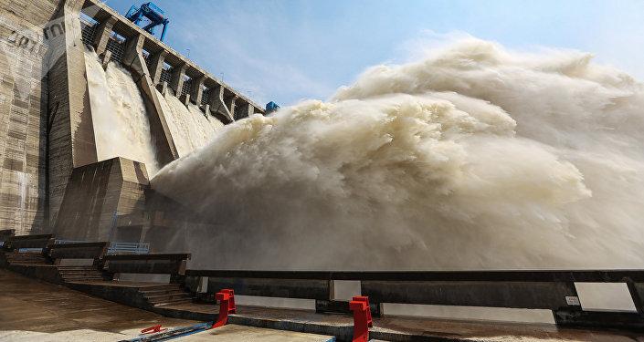 ГЭСтен суу агызуу. Архив