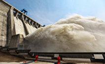 Сброс воды на водохранилище. Архивное фото