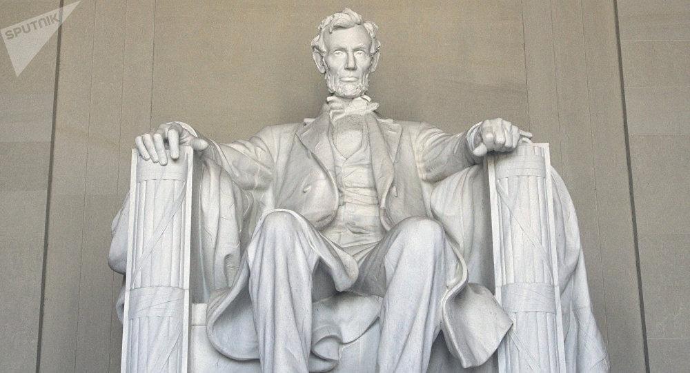 Приезжий изКиргизии нацарапал намемориале Линкольну вВашингтоне свое имя