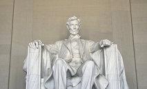 Статуя шестнадцатого президента США Авраама Линкольна внутри мемориала. Национальная аллея в Вашингтоне. Архивное фото