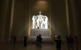 Люди посещают мемориал Линкольна в Вашингтоне