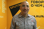 Политолог Леонид Крутаков в радиостудии. Архивное фото