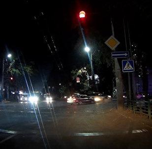 Примерно в 22.00 в среду в центре столицы неизвестный протаранил две машины и скрылся с места происшествия