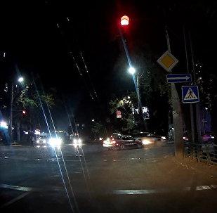 Бишкекте эки машинаны сүзгөн айдоочу качып кетти. Күбөнүн видеосу