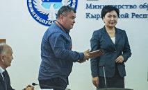 Sputnik Кыргызстан агенттиги жана радиосу мамлекеттик тилдин өнүгүшүнө салым кошкондугу үчүн Билим берүү жана илим министрлигинин ыраазычылык каты менен сыйланды