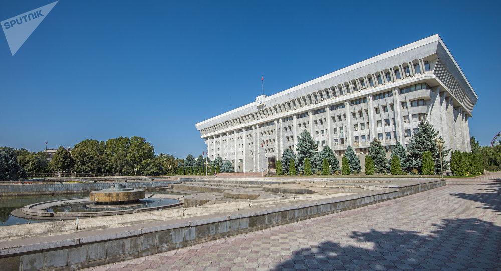 Вид на здание Жогорку Кенеша в Бишкеке. Архивное фото