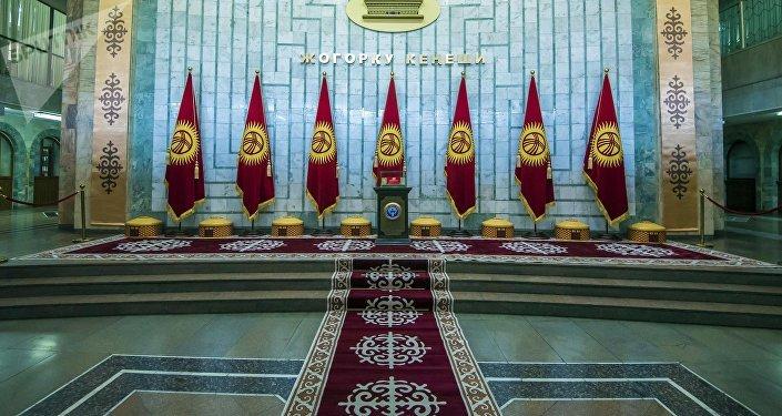 Холл здания Жогорку Кенеша в Бишкеке. Архивное фото