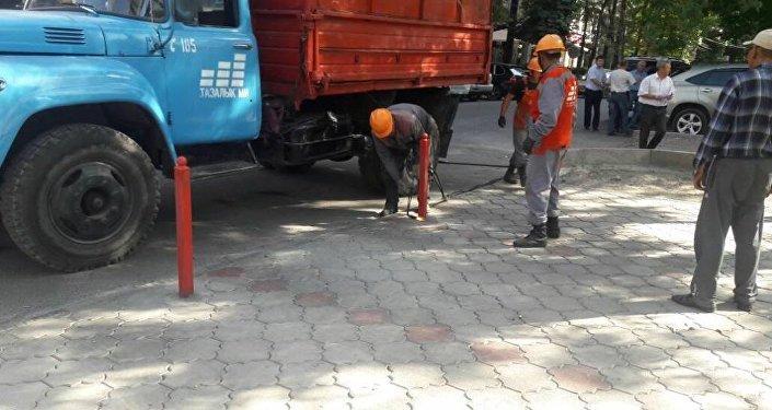 В Бишкеке демонтированы самовольно установленные ограждения парковочной территории по улице Раззакова