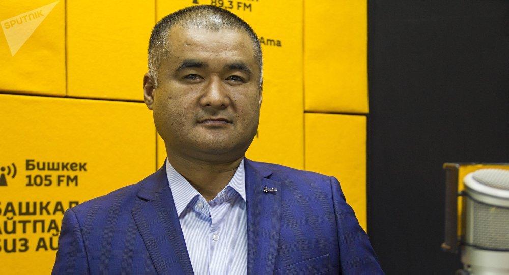 Бывший милиционер, работащий детективом Улумбек Улукахунов во время интервью на радио Sputnik Кыргызстан