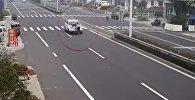 Китаец прокатил бывшую девушку и ее ухажера на капоте авто — видео