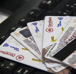 Банковские карты от Demir Bank на компьютерной клавиатуре. Архивное фото