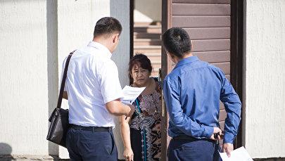 Сотрудники ГНС во время рейда по элитным домам Бишкека не оплатившим налоги