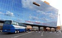 Люди у памятника маршалу Советского Союза Георгию Жукову в центре Москвы. Архивное фото