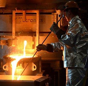 Рабочий заводе по обработке цветных металлов. Архивное фото