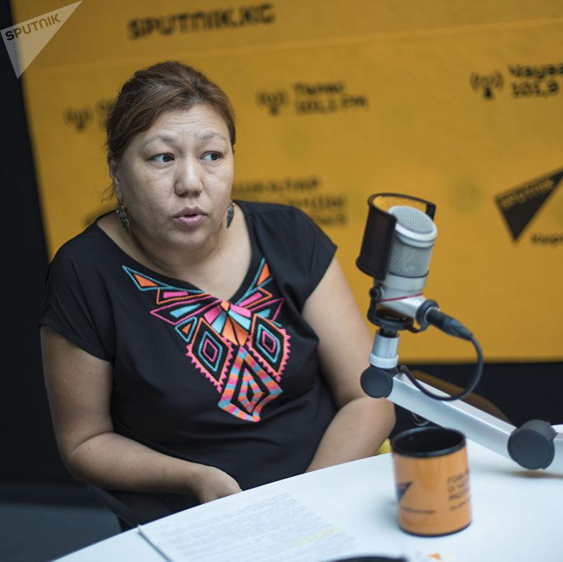 Президент Ассоциации кризисных центров Толкун Тюлекова во время интервью на радио Sputnik Кыргызстан