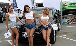 Промо модели у автомобиля на автосалоне Vladivostok International Autosalon.