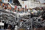Поисковые работы под обломками разрушенного здания после землетрясения в Мехико, Мексика 23 сентября 2017 года