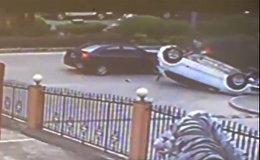 Грузовик случайно зацепил и перевернул машину — видео жуткого ДТП