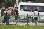 Горожане ждут транспорт на одной из остановок в Бишкеке. Архивное фото