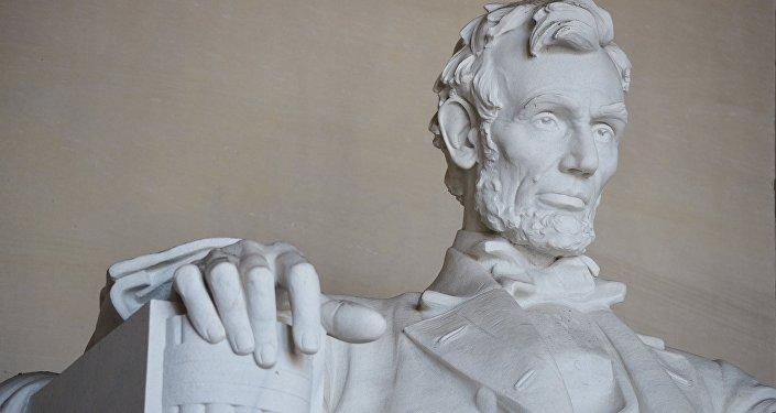 Статуя шестнадцатого президента США Авраама Линкольна в Вашингтоне. Архивное фото