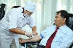 Министр здравоохранения КР Талантбек Батыралиев сдал кровь в День донора